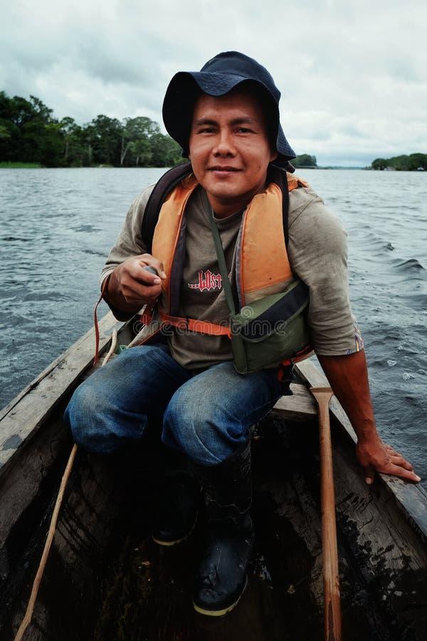 Guide local sur la rivière dans un canoë photographie stock libre de droits