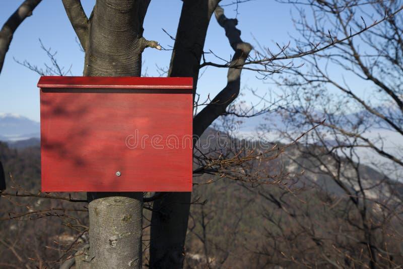 Guide rouge de montagne le long d'une voie alpine images stock