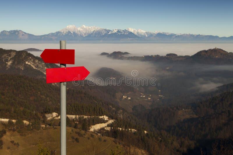 Guide rouge de montagne le long d'une voie alpine photos libres de droits