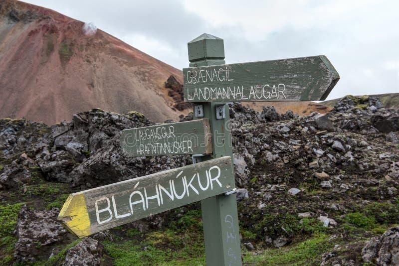 Guidepost в красочных горах Landmanallaugar, в Fajllaba стоковые изображения rf