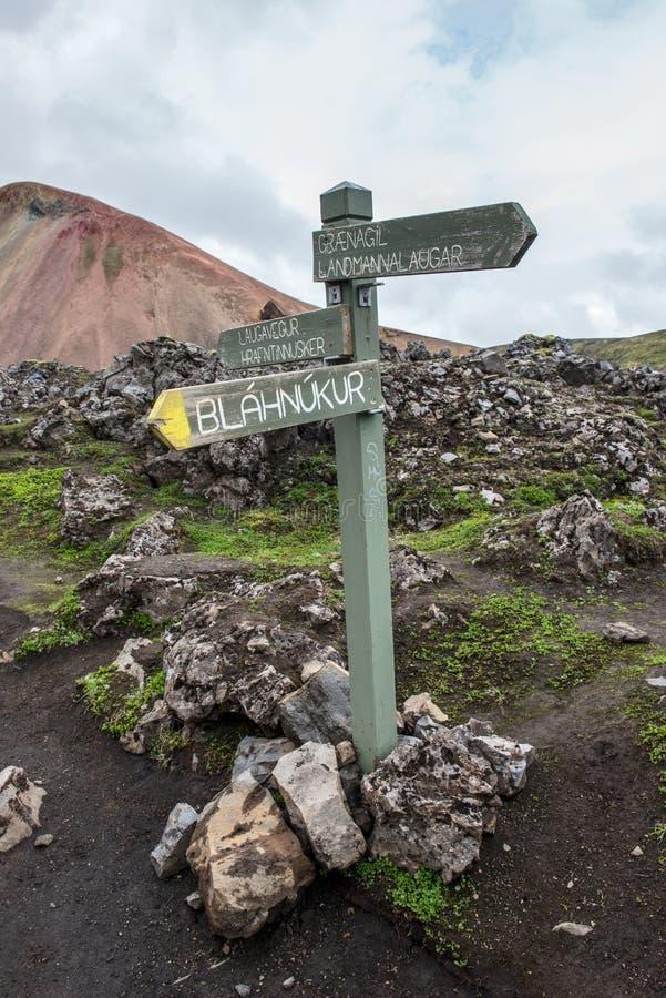 Guidepost в красочных горах Landmanallaugar, в Fajllaba стоковое фото rf