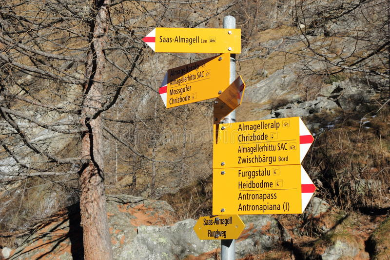 Guidepost в швейцарских Альпах Saas-Almagell, Вале, Швейцария стоковые изображения