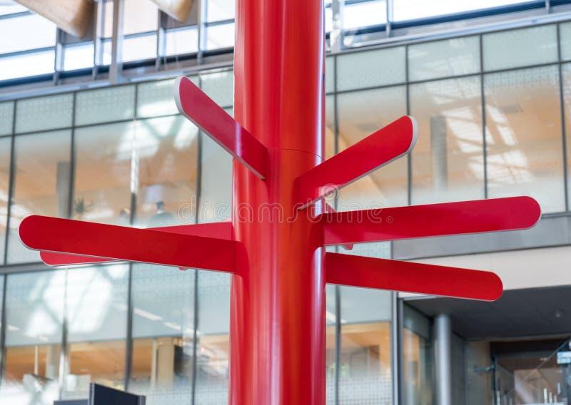 Guidepost de madeira da placa redonda vermelha imagem de stock royalty free