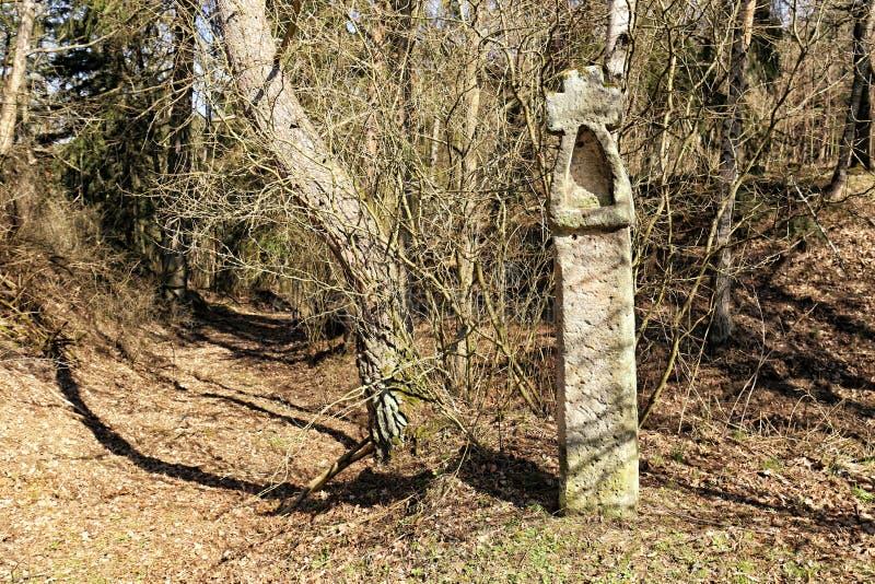 Guidepost de pedra histórico nas madeiras imagens de stock