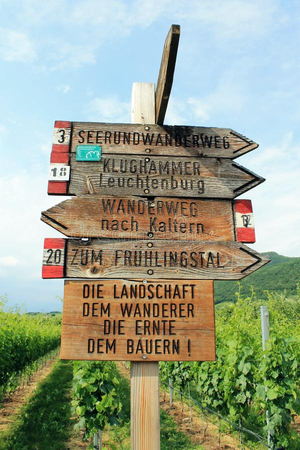 Guidepost na região do crescimento de fruto de Tirol sul fotos de stock