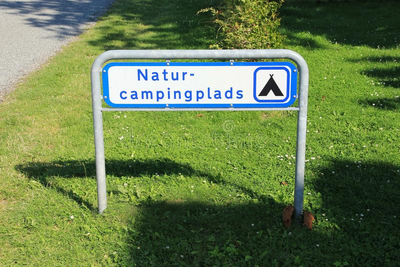 Guidepost, natur-campingplads no campo em Dinamarca no verão imagem de stock