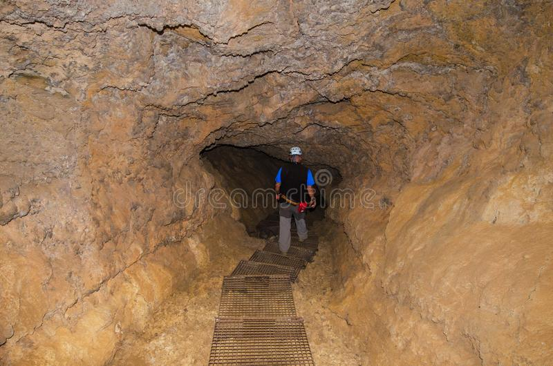 Guie o tubo vulcânico de exploração em Tenerife, Espanha imagem de stock