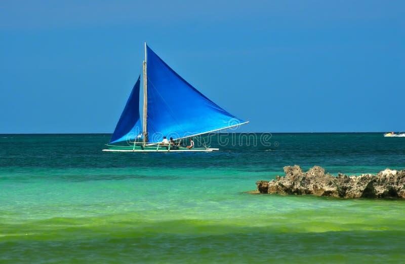 Guiga sob a vela completa, ilha de Boracay, Filipinas imagens de stock