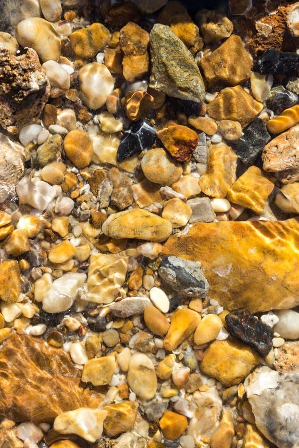 Guijarros coloridos debajo del mar del agua para el fondo foto de archivo
