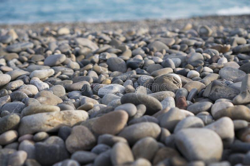 Guijarros en la playa del mar Mediterráneo fotos de archivo