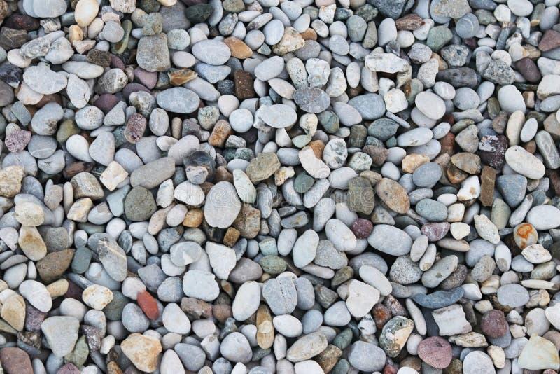 Guijarros finos de una sombra gris Tierra de la playa Material natural para el diseño, la decoración y la construcción Granito en foto de archivo