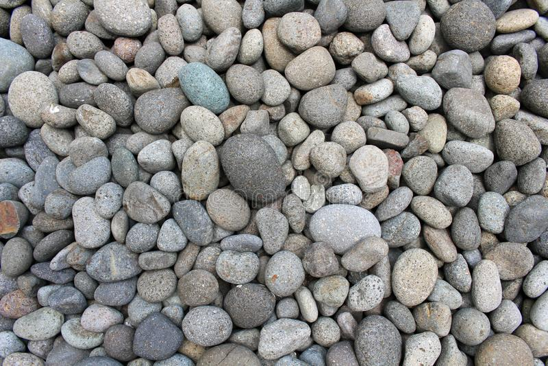 Guijarros, rocas, y piedras como decoración natural en el jardín imagen de archivo