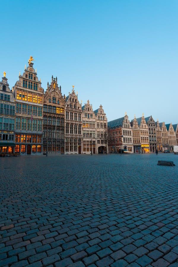 A guilda de Grote Markt abriga a hora do azul de Antuérpia imagem de stock royalty free
