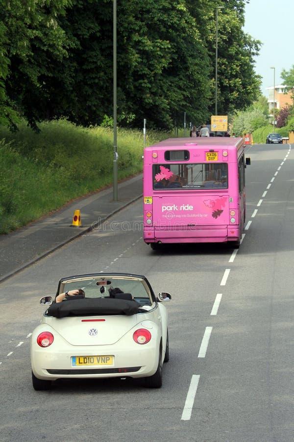 Guildford Anglia, Maj, - 28 2018: Różowy parka i przejażdżki autobus jest f obrazy stock