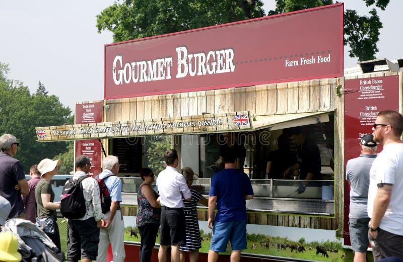 Guildford, England - 28. Mai 2018: Hungrige Besucher, die für ho anstehen lizenzfreie stockfotografie