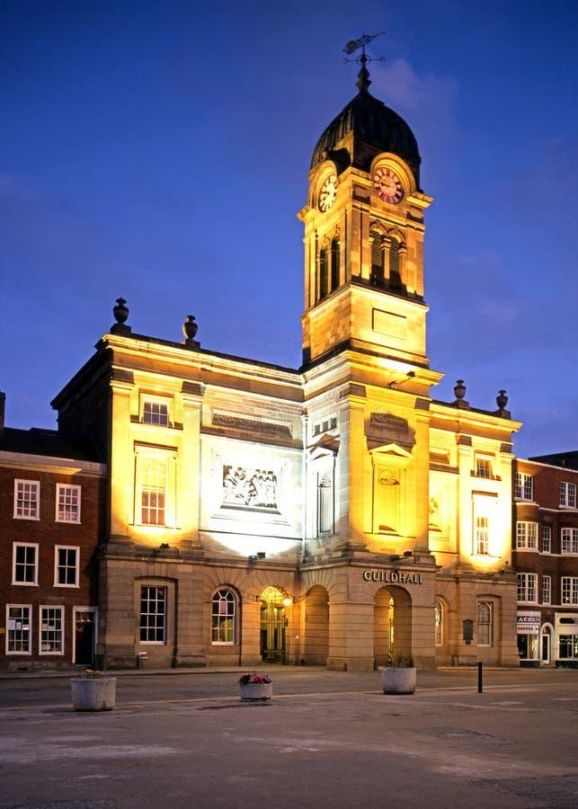 Guildhall bij schemer, Derby stock foto