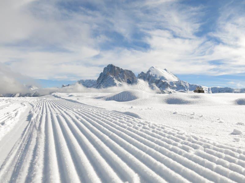 Guilhotina da neve nas dolomites imagem de stock