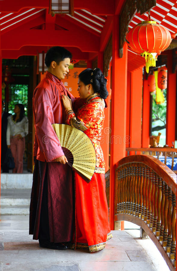 GUILIN, CHINA - NOV 4, 2007: Young couple in traditional Chinese costumes royalty free stock images