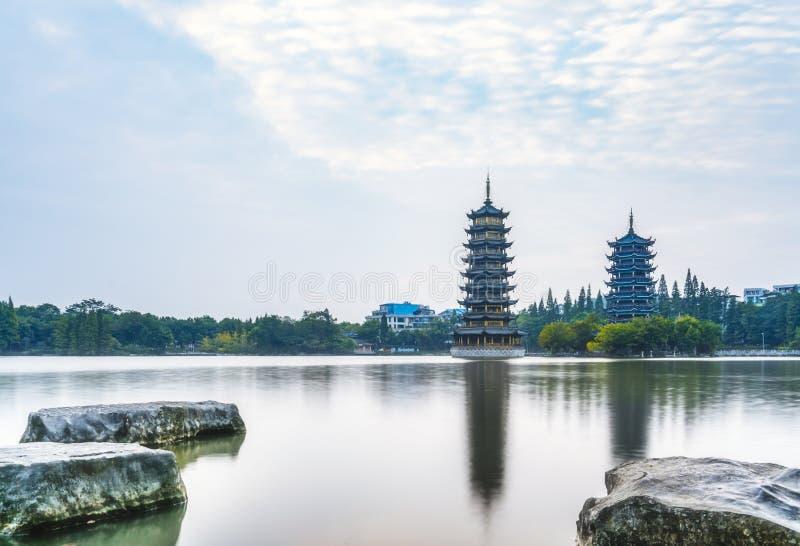 Guilin, Guangxi, Κίνα, ξημερώματα, ήλιος, φεγγάρι, δίδυμοι πύργοι, πολιτιστικό πάρκο στοκ φωτογραφία