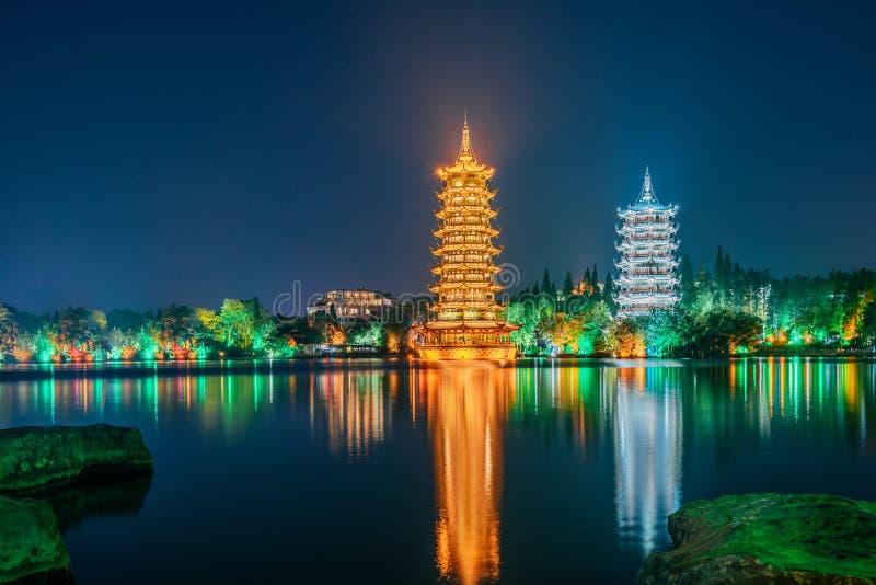 Guilin, Guangxi, Porcelanowy słońce księżyc bliźniaczych wież park zdjęcia royalty free