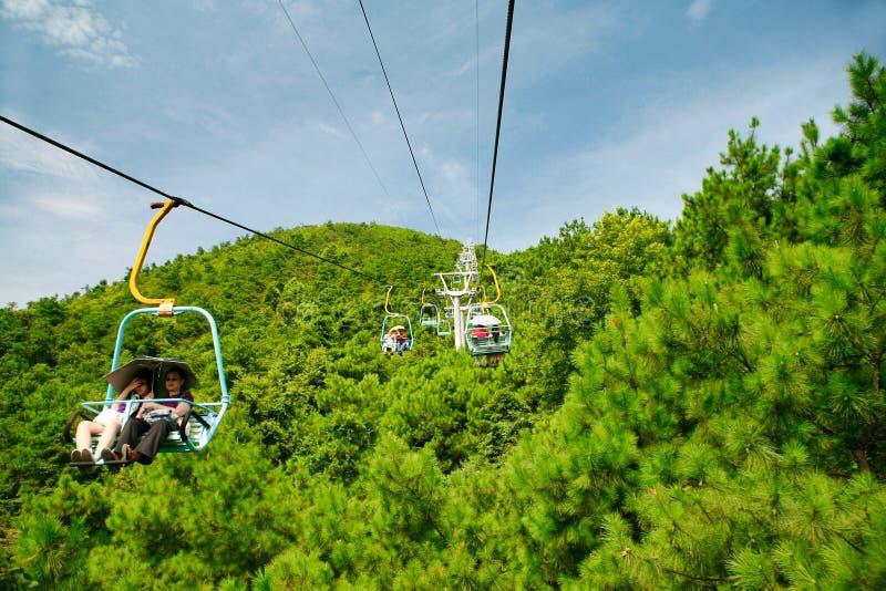 Guilin Kina - Juli 16, 2018: Lång kabelbil på det Yaoshan berget arkivbilder