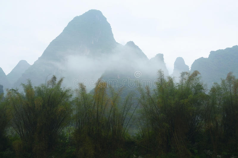 Guilin landskap med kullar och vatten royaltyfri foto