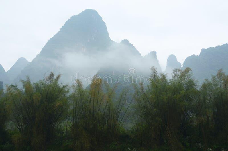 Guilinlandschap met heuvels en wateren royalty-vrije stock foto