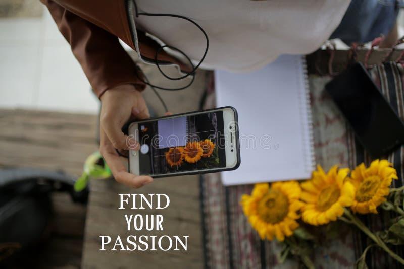 Guillemet inspirant - Trouvez votre passion pour la jeune femme au travail en prenant une photo à plat avec appareil photo portab images stock