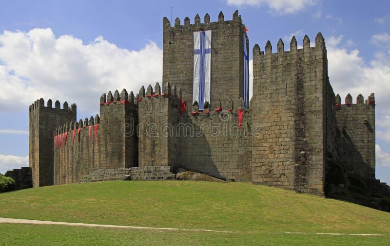 Guimaraes kasteel en omringend park, noordelijk Portugal royalty-vrije stock foto's