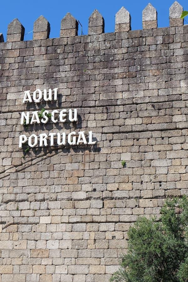 Guimaraes Kasteelmuur met de inschrijving Aqui Nasceu Portugal royalty-vrije stock foto