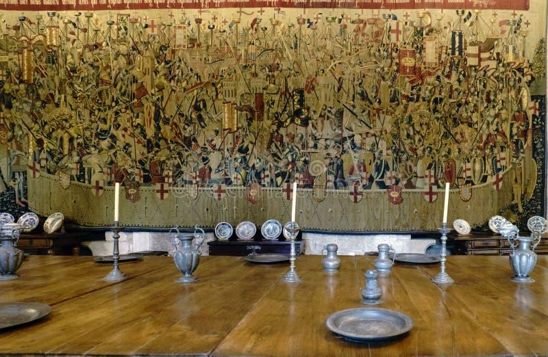 Guimaraes, Portugal 14. August 2017: Detail des mittelalterlichen Geschirrtischbestecks auf dem großen Holztisch in der Haupthall lizenzfreies stockbild