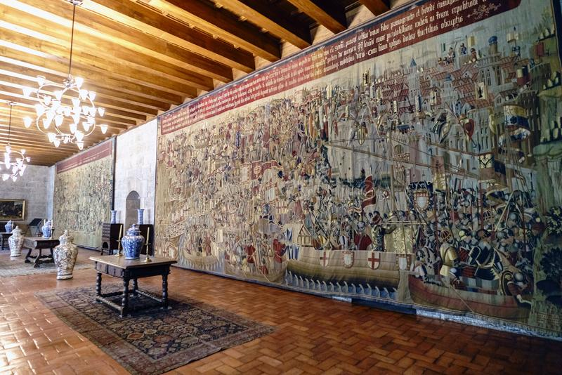 guimaraes portugal Augusti 14, 2017: Inre korridor av slotten av hertigarna av Braganza med enorm broderad gobelängcoveri royaltyfri foto