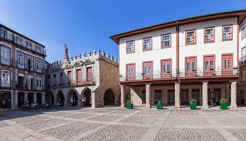 Guimaraes Portugal - det gamla stadshuset Antigos Pacos gör Concelho i Oliveira Square arkivbilder