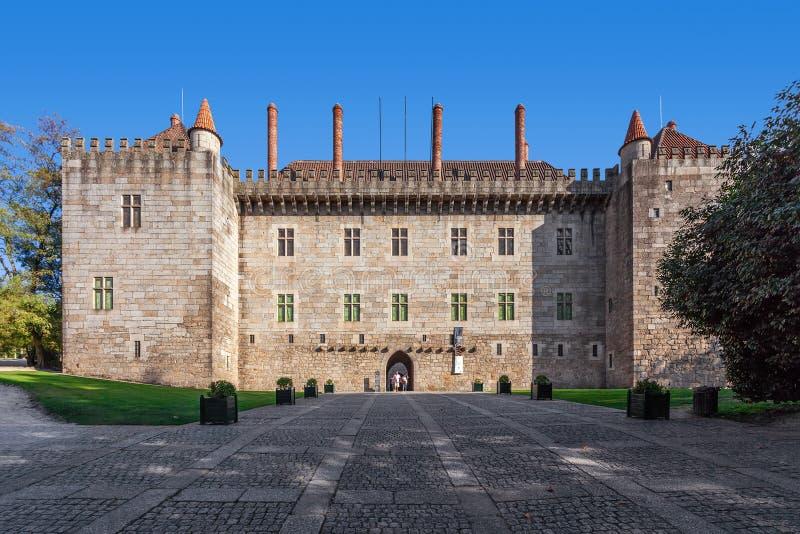 Guimaraes Portugal - slott av Duquesen av Braganca, en medeltida slott och museum royaltyfri fotografi