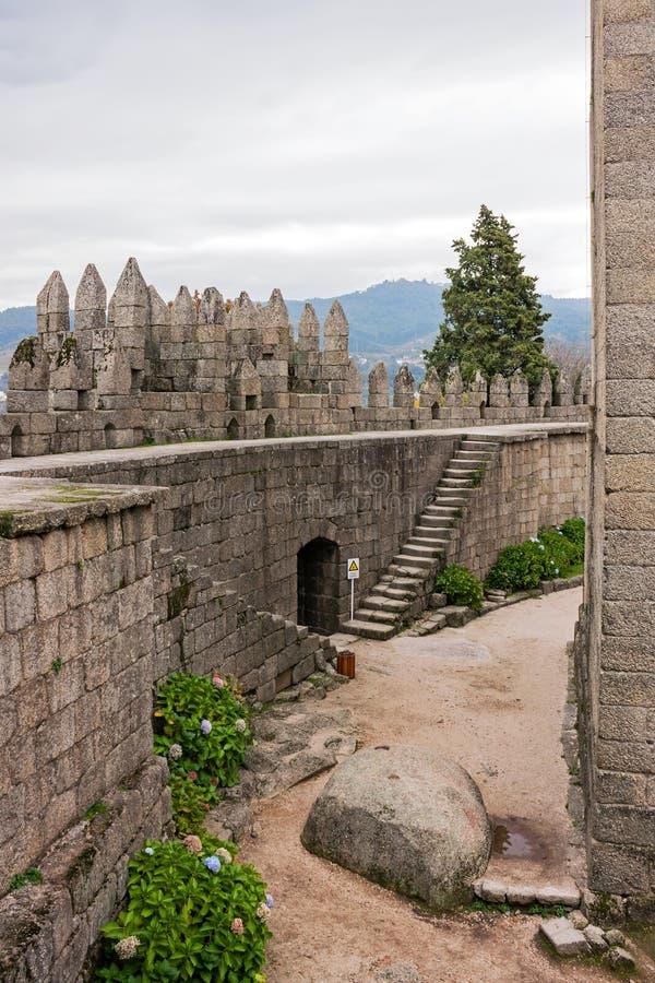 Guimaraes Portugal - Guimaraes slottinre, den mest berömda slotten i Portugal royaltyfria foton