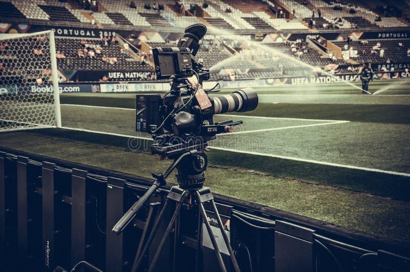GUIMARAES, PORTUGLAL - 9 de junho de 2019: A câmera na cremalheira é ajustada disparando no estádio durante a liga das nações do  imagens de stock royalty free