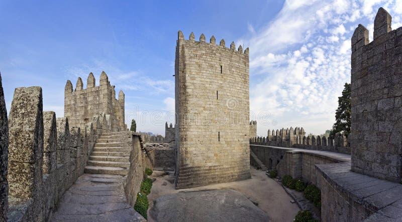 Guimaraes slottinre, den mest berömda slotten i Portugal arkivbilder