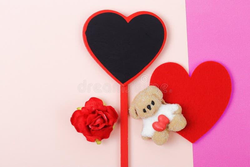 Guimauve avec le coeur rouge sur le concept rose de jour du ` s de Valentine de papier images libres de droits