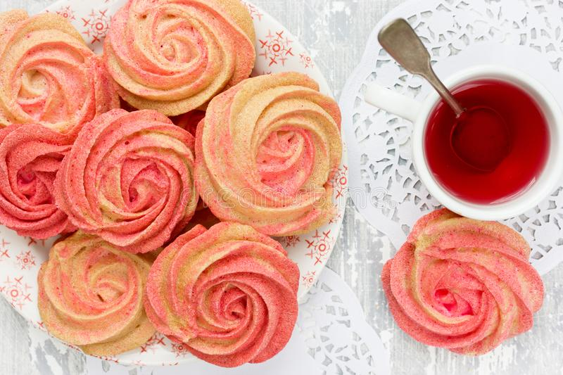 Guimauve faite maison, biscuits jaunes roses de meringue de remous image stock