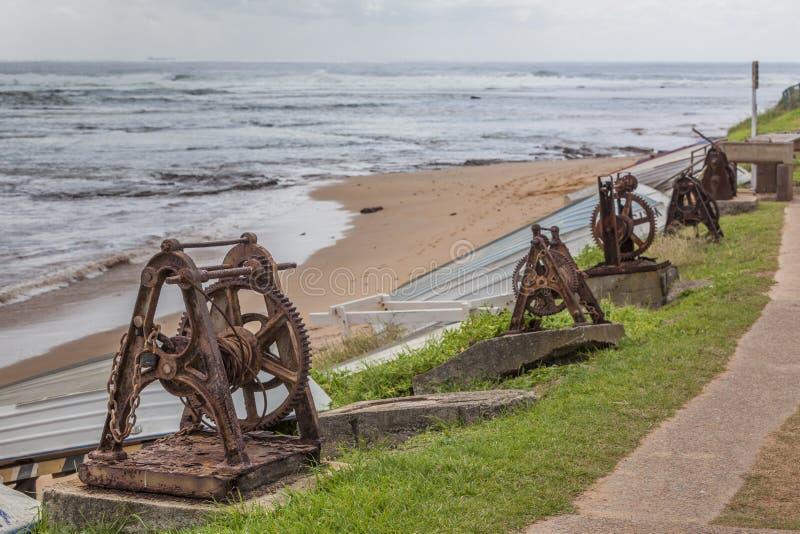 Guinchos velhos oxidados da âncora com correntes imagem de stock