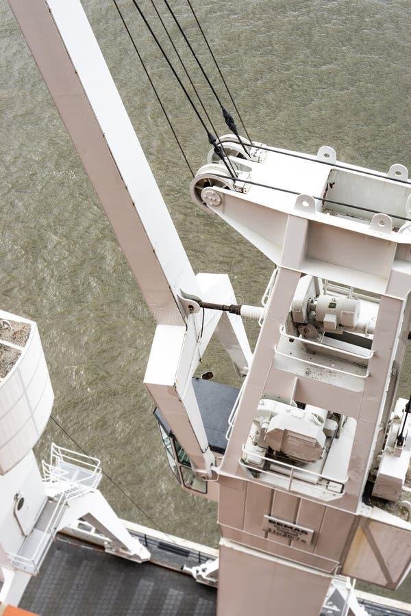 Guindaste branco do porto imagens de stock royalty free