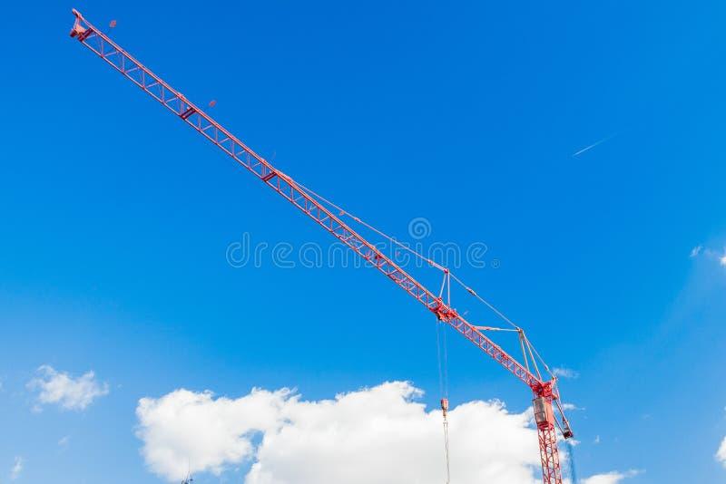 Guindaste contra o fundo do céu azul fotografia de stock