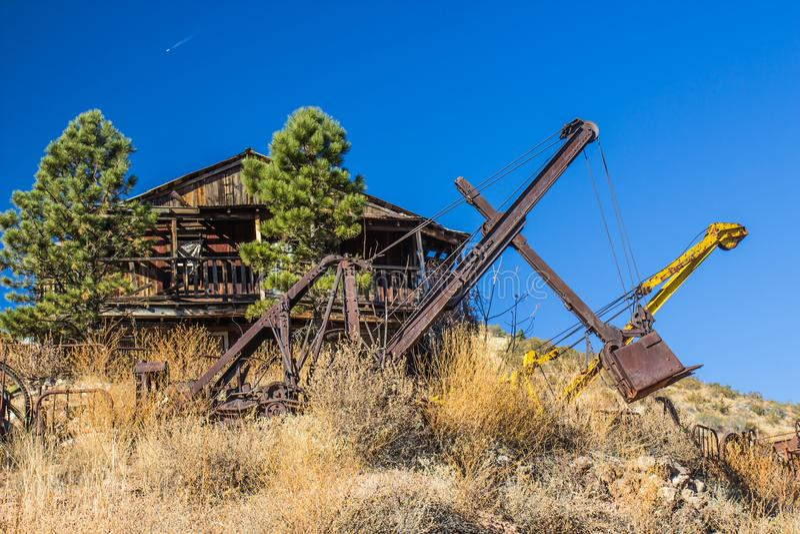 Guindaste & cubetas retros abandonados no deserto fotografia de stock