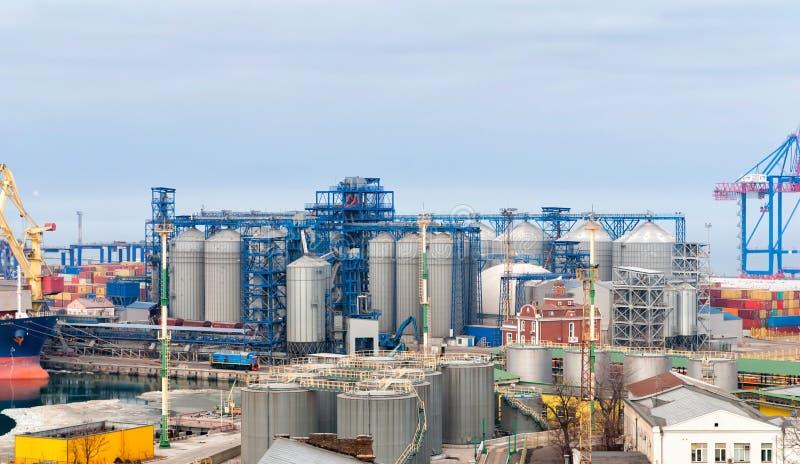 Guindaste da carga e secador de grão no porto Odessa fotos de stock royalty free