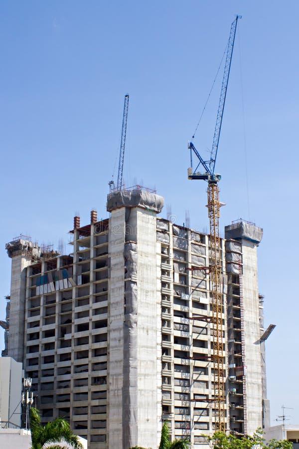 Guindaste da construção e canteiro de obras sob o céu azul fotos de stock royalty free