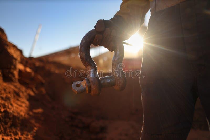 Guindaste da terra arrendada do Rigger que levanta o por do sol do grilhão de 17 tons na terra traseira fotos de stock royalty free