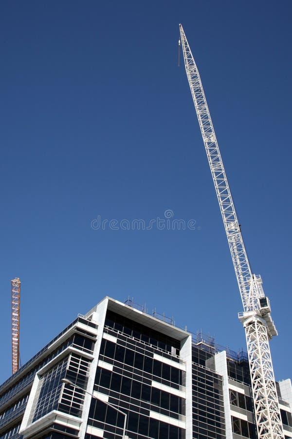 Guindaste de construção com edifício fotos de stock