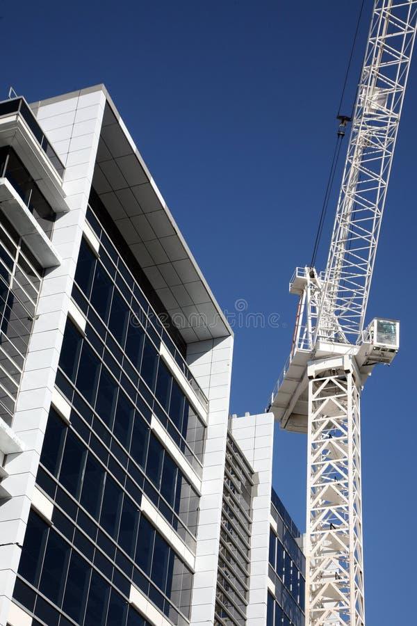 Guindaste de construção com edifício fotografia de stock