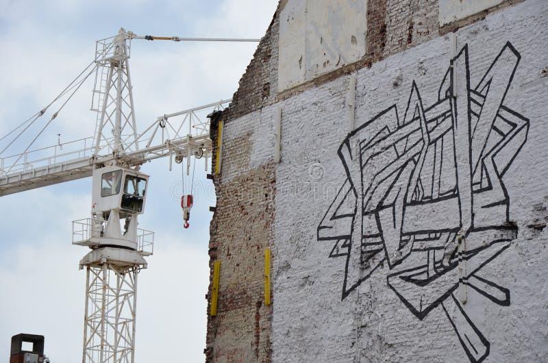 Guindaste de torre em uma arte do terreno de construção e da rua imagens de stock royalty free