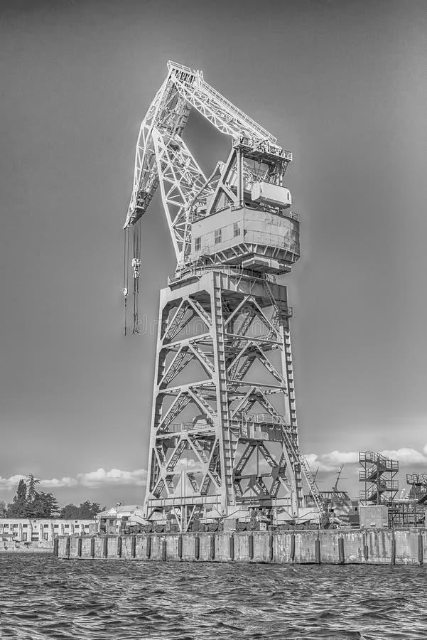 Guindaste de torre no cais da baía de Sevastopol, Crimeia imagem de stock royalty free